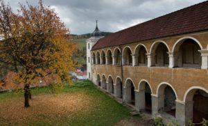Vimperský-zámek-Dolní-zámek-arkády-21.10.2017-300x181