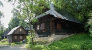 Jánošíkovým-chotárom-dřevěnice-v-osadě-Šípková-300x163