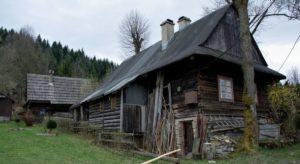 Jánošíkovým-chotárom-dřevěnice-v-osadě-Smrekovci-300x164